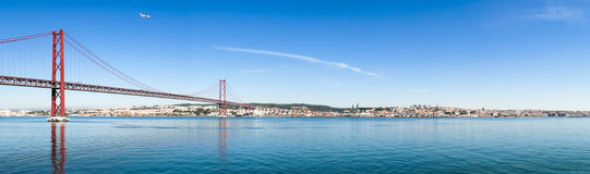 de Brug van 25 DE Abril Cable-stayed over Tagus-Rivier Stock Afbeeldingen