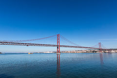 de Brug van 25 DE Abril Cable-stayed over Tagus-Rivier Stock Afbeelding
