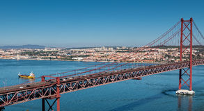 de Brug van 25 DE Abril Cable-stayed over Tagus-Rivier Stock Foto
