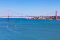 de brug van 25 DE Abril, Lissabon Stock Foto's