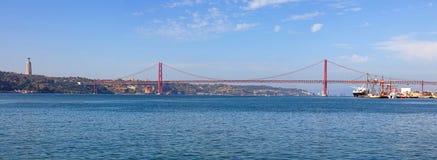 de brug van 25 DE abril in Lissabon Stock Foto's