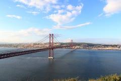 de brug van 25 DE abril in Lissabon Stock Afbeeldingen