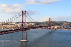 de brug van 25 DE abril in Lissabon Stock Foto