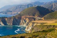 De Brug van de Bixbykreek langs Weg in Grote Sur, Californië wordt gezien dat Stock Foto's