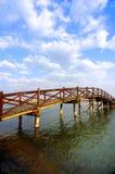 De brug van de boog onder de wolken Royalty-vrije Stock Foto