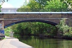 De Brug van de Charlbertstraat, het Kanaal van de Regent in het Park van de Regent, Londen Stock Foto