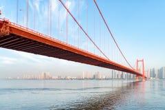 De brug van de de ondiepte yangtze rivier van de Wuhanpapegaai stock afbeeldingen