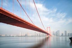 De brug van de de ondiepte yangtze rivier van de Wuhanpapegaai stock foto