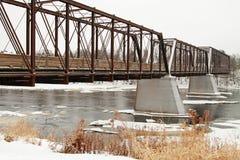 De brug van de de winterspoorweg en het lopen weg royalty-vrije stock foto's