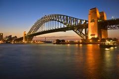 De Brug van de Haven van Sydney bij Schemering Stock Afbeeldingen