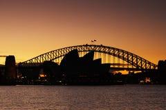 De Brug van de Haven van Sydney en het Huis van de Opera van Sydney bij su Royalty-vrije Stock Afbeelding