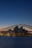 De Brug van de Haven van Sydney en het Huis van de Opera van Sydney bij su Royalty-vrije Stock Fotografie