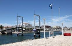 De brug van de jachthaven in Lagos, Portugal Stock Afbeeldingen