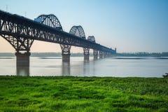 De brug van de Jiujiang yangtze rivier in de lente royalty-vrije stock foto