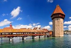 De Brug van de kapel en de Toren van het Water. Luzern, Zwitserland Stock Afbeeldingen