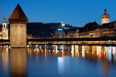 De Brug van de kapel in Luzern bij nacht Stock Foto