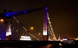 De brug van de nacht in Moskou stock afbeeldingen