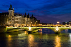De brug van de nacht in Parijs Stock Foto