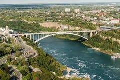 De brug van de regenboog bij Niagara Falls Royalty-vrije Stock Afbeeldingen