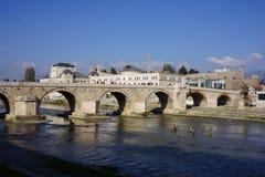 De brug van de Skopjesteen stock foto's