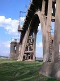 De brug van de spoorweg door river1 Stock Afbeeldingen