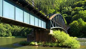 De brug van de spoorweg over water Royalty-vrije Stock Foto