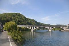 De brug van de spoorweg in stad Huy stock afbeeldingen