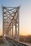 De brug van de staalspoorweg over Jonge osrivier ukraine Stock Foto's