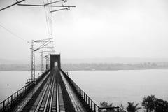 De brug van de staalspoorweg in zwart-wit royalty-vrije stock afbeelding