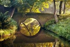 De brug van de steen in een park Royalty-vrije Stock Foto's