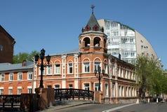 De brug van de steen en de oude rode bouw in Voronezh Stock Afbeeldingen