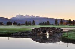De brug van de steen over kreek op golfcursus Royalty-vrije Stock Afbeelding