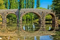 De brug van de steen over rivier Zrmanja Stock Foto