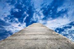 De brug van de steenplak en donkere wolken van de hemel Stock Afbeeldingen