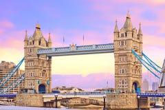De brug van de toren bij zonsondergang. Populair oriëntatiepunt in Londen, het UK Royalty-vrije Stock Foto's