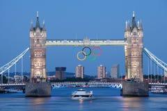 De brug van de toren die met Olympische ringen Londen wordt verfraaid