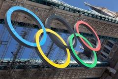 De brug van de toren die met Olympische ringen wordt verfraaid Stock Afbeeldingen