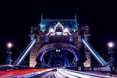 De brug van de toren in Londen bij nacht Stock Afbeeldingen