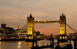 De brug van de Toren in Londen bij schemer stock afbeeldingen