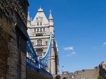 De Brug van de toren, Londen tegen Blauwe hemel. Stock Foto