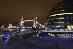 De Brug van de Toren van Londen bij nacht Stock Foto's