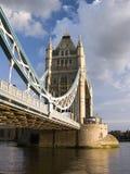 De Brug van de Toren van Londen tegen bewolkte dag Stock Foto