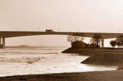 De brug van de weg over de rivier Stock Foto's