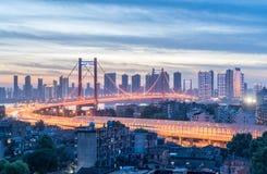 De brug van de Yingwuzhou yangtze rivier in het vallen van de avond royalty-vrije stock foto