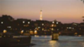 De brug van de Defocusnacht in Parijs, de Toren van Eiffel en een voorbijgaande boot op de Zegen bij nacht stock footage