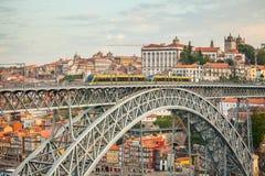 De brug van Dom Luise van de boogbrug tussen de stad van Porto en de stad van Vila Nova de Gaia Royalty-vrije Stock Fotografie