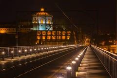 De Brug van Dom Luiz in Porto bij nacht Stock Afbeeldingen