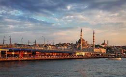 De brug van Galata en camii van moskeeyeni stock foto's