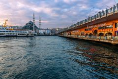De Brug van Galata in Istanboel, Turkije Stock Foto's