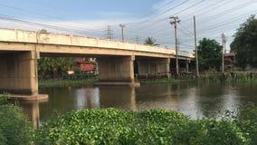 De brug van het autocement tussen provincie Chachoengsao en Samutprakan in land Thailand stock video